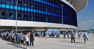 6_torcedores-do-gremio-fazem-fila-para-entrar-no-jogo-de-inauguracao-da-arena-1354997505041_956x500_l