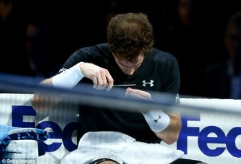 2E91A6C700000578-3323829-World_no_2_Andy_Murray_stops_to_give_himself_an_impromptu_haircu-a-4_1447861070703