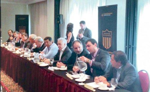 representantes-de-los-clubes-entre-los-que-aparecen-marco-antonio-trovato-de-olimpia-y-juan-jose-zapag-de-cerro-porteno-_928_573_1323296