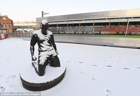 Estátua de Thierry Henry coberta de neve no estádio do Arsenal